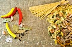 抽象背景食物意大利面食纹理 文本的空位 Rigatoni, fusilli,细面条, creste 免版税库存图片