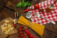 抽象背景食物意大利面食纹理 有菜和草本的干燥意粉在w 图库摄影