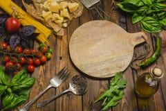 抽象背景食物意大利面食纹理 有菜和草本的干燥意粉在w 库存照片