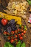 抽象背景食物意大利面食纹理 有菜和草本的干燥意粉在w 免版税库存图片