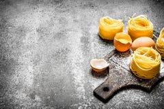 抽象背景食物意大利面食纹理 烹调自创面团用鸡蛋和面粉 图库摄影