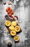 抽象背景食物意大利面食纹理 面团用蕃茄、橄榄和香料 免版税图库摄影