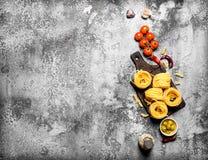 抽象背景食物意大利面食纹理 面团用蕃茄、橄榄和香料 免版税库存照片