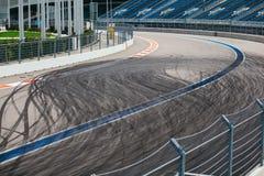 抽象背景黑色轮胎跟踪在柏油路的滑行,在竞赛线路的高角度拍摄视图 免版税图库摄影