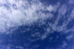 抽象背景:反射各种各样的颜色的美好的肥皂泡漂浮在天空和白色云彩背景 免版税图库摄影