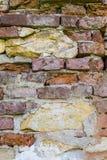 抽象背景:有灰岩的古老被破坏的红砖墙壁 免版税库存图片