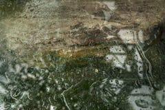 抽象背景:被变形的反射在水中 免版税库存照片