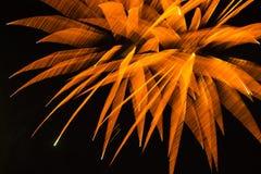 抽象背景:退出天空的被弄脏的橙色花烟花 库存图片