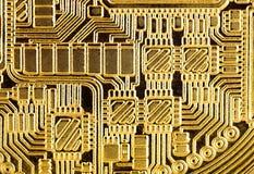 抽象背景:金黄电子线路,宏观照片 Im 免版税库存照片
