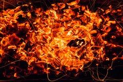 抽象背景 与火花的灼烧的木炭 免版税图库摄影