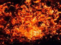 抽象背景 与火花的灼烧的木炭 库存图片