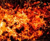 抽象背景 与火花的灼烧的木炭 库存照片