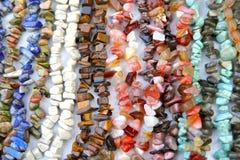 抽象背景 五颜六色的女性首饰小珠样品由自然石头制成 库存图片