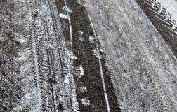 抽象背景 在路的雪踪影 库存图片