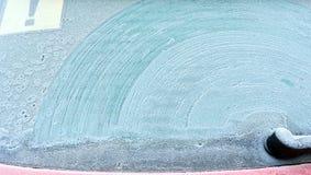 抽象背景 屏幕在酷寒汽车玻璃的刮水器踪影 库存照片
