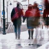 抽象背景 故意行动迷离 城市在早期的春天 街道,夫妇中年,走沿 免版税库存图片