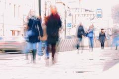 抽象背景 故意行动迷离 城市在早期的春天 街道,走沿边路的人们 免版税库存图片