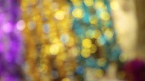 抽象背景bokeh圣诞节 射击的未聚焦的闪亮金属片关闭 股票视频
