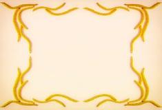 抽象花卉构成,黄色葡萄酒框架开花耳环淡褐在颜色金黄边缘的背景与空间的 免版税库存图片