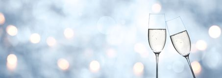 抽象蓝色冬天背景用香槟和bokeh 库存图片