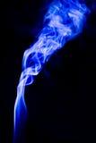抽象蓝色烟打旋在黑背景 图库摄影