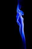 抽象蓝色烟打旋在黑背景 免版税库存照片