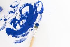 抽象蓝色画笔抚摸在白皮书的水彩背景 免版税库存照片