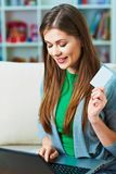 抽象蓝色看板卡赊帐照片 妇女互联网购物  免版税库存照片