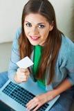 抽象蓝色看板卡赊帐照片 妇女互联网购物  图库摄影