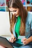 抽象蓝色看板卡赊帐照片 妇女互联网购物  免版税图库摄影