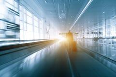 抽象行动在国际机场blured无法认出的出差者人的剪影 免版税库存照片