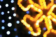 抽象装饰欢乐圣诞快乐的背景橙色,黄色和蓝色bokeh 库存照片