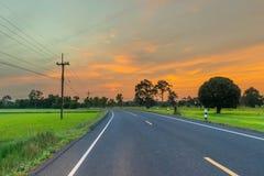 抽象软性在泰国弄脏了剪影日出,路,有美丽的天空和云彩的大菩萨 免版税库存照片