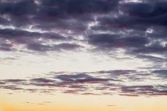 抽象软性弄脏了色的美丽的日落,黄色,桃红色和紫色云彩,平衡天空 自然本底 免版税库存图片