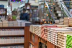 抽象迷离人民的图象书店的在背景用法的商城 图库摄影