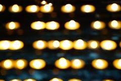 抽象迷离在教会里阐明了在行的蜡烛 免版税库存照片