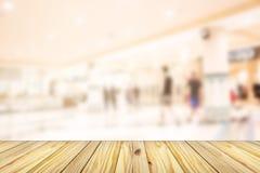 抽象迷离空的木前面购物在depa的许多人民 库存照片