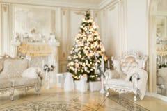 抽象迷离 圣诞节森林上了凸边早晨多雪的线索宽冬天 与一个白色壁炉的经典公寓 图库摄影