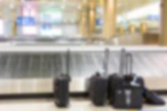 抽象迷离手提箱和行李带 免版税库存照片