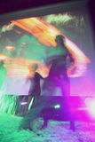 抽象迷离照相机关闭俱乐部五颜六色的跳舞迪斯科愉快的图象行动晚上摇摄人员关闭用完的慢速技术 免版税库存照片