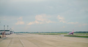 抽象迷离飞机终端在机场 免版税库存图片