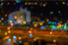 抽象都市夜、圆的大厦或者体育场在晚上与轻的bokeh,被弄脏的焦点,暮色时刻的背景 库存图片