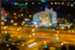 抽象都市夜 城市在与轻的bokeh、圆的大厦或者体育场的晚上在晚上 被弄脏的焦点,暮色时间 免版税图库摄影