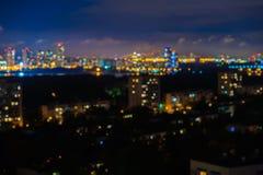 抽象都市夜 城市在与轻的bokeh,被弄脏的焦点,暮色时刻的晚上的背景用法 免版税库存照片