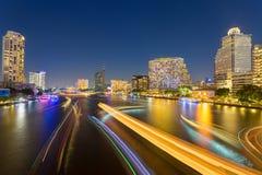 抽象都市暮色bokeh和反射船从水的运输光 库存照片