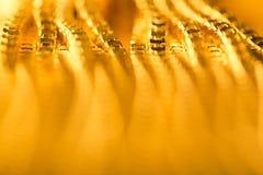 抽象金背景,被弄脏的De Focused金黄链子 免版税库存照片
