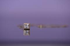 抽象金链子和大立方体氧化锆在刃角设置垂饰 免版税库存照片