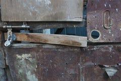 抽象长方形金属纹理背景伯根地树荫,在一个木板的中部 老小门的片段,被关闭  库存图片