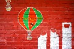抽象难看的东西背景-红砖墙壁和热空气气球和上海` s现代bulidings街道画 免版税库存照片