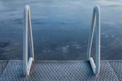 抽象结冰的湖冬天游泳背景 免版税库存照片
